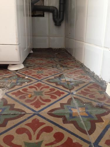 Tegenvloer komt omhoog herstellen en opnieuw leggen cementtegels werkspot - Tegels van cement saint maclou ...