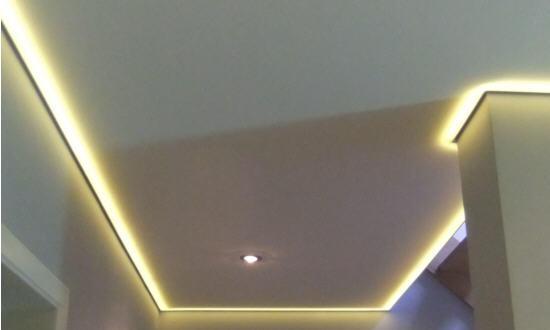 Verlaagd plafond met (indirecte) verlichting. - Werkspot