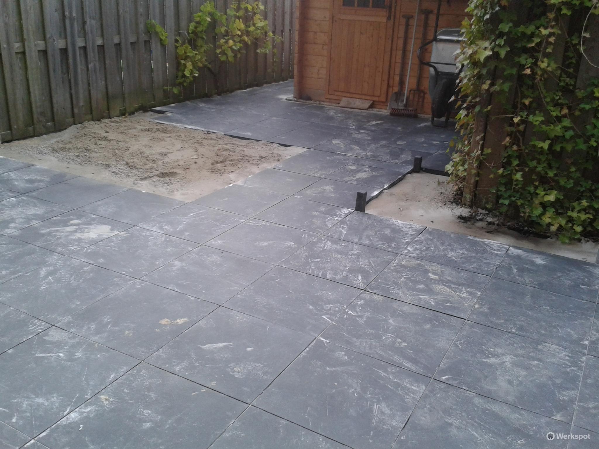 Tegels 50x50 Antraciet : 38 m2 terras tuin bestraten tegels 50x50 werkspot