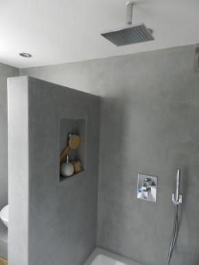 Toilet verbouwen met waterwerende muren geen tegels op de wand werkspot - Deco kleine badkamer met bad ...