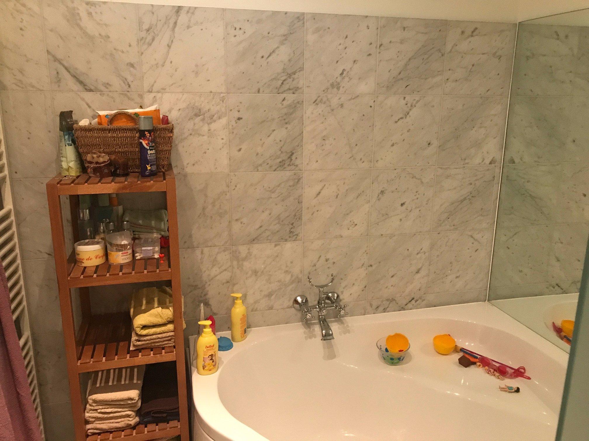 Voegen van tegels badkamer hervoegen. - Werkspot
