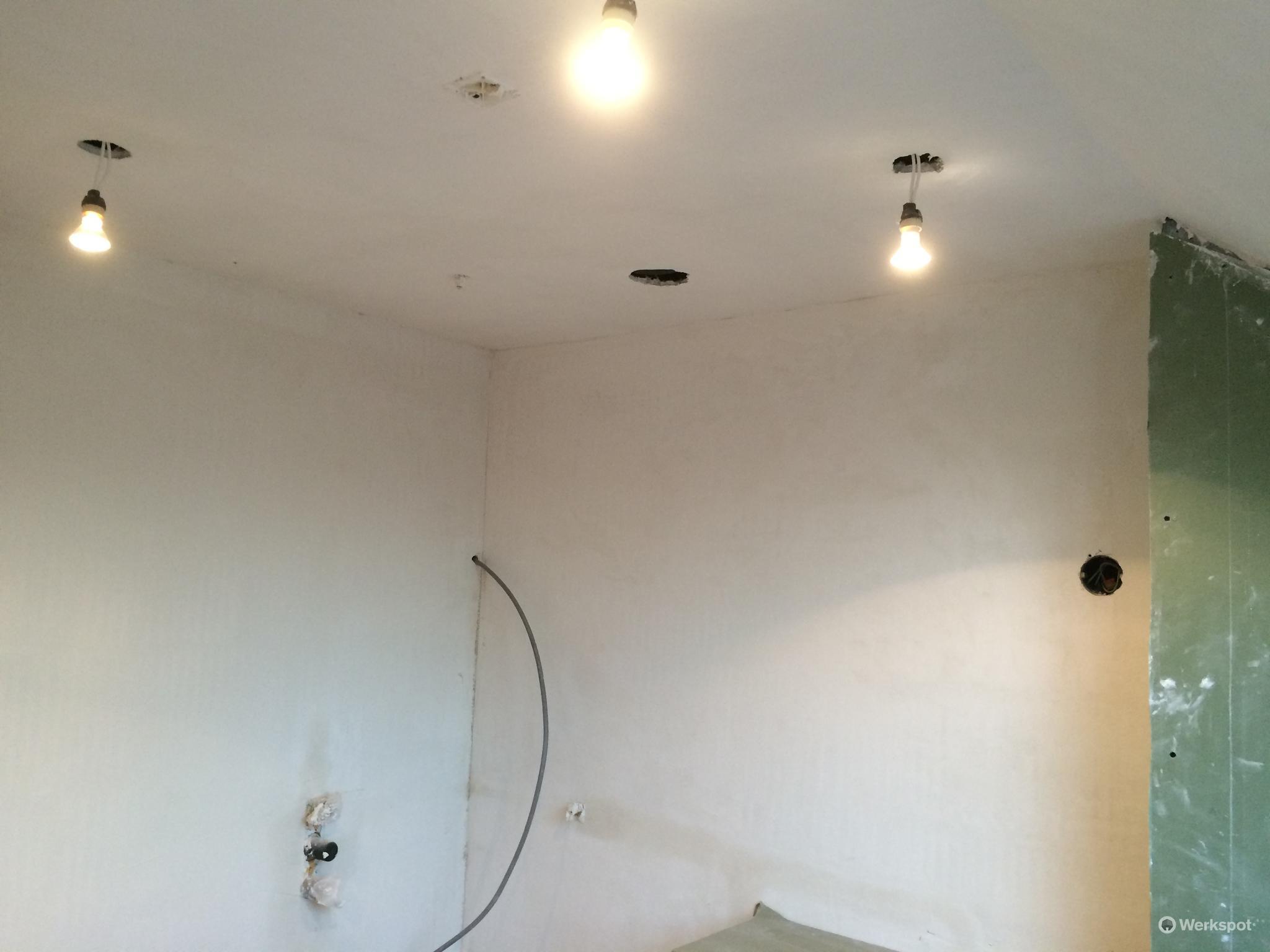 plafond badkamer en plafond & deel muren toiletruimte stucen - Werkspot