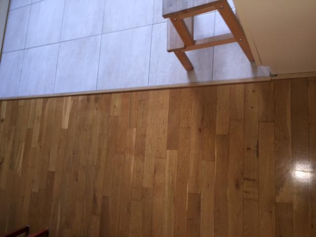 Verwijderen parketvloer (woonkamer) en plavuizen (keuken/gang) en s ...