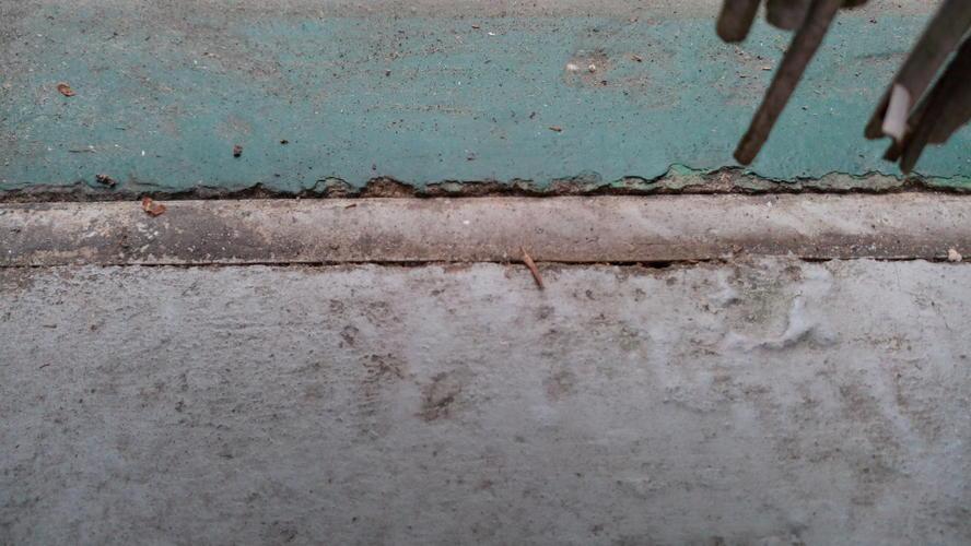 Cement Voegen Badkamer : Het vervangen van oude kit voegen op het balkon werkspot