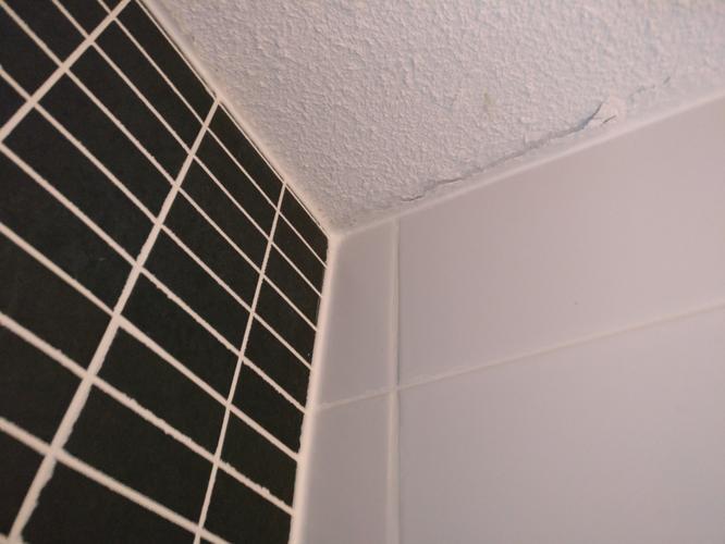 Verwijderen en netjes opnieuw aanbrengen van kitranden badkamer