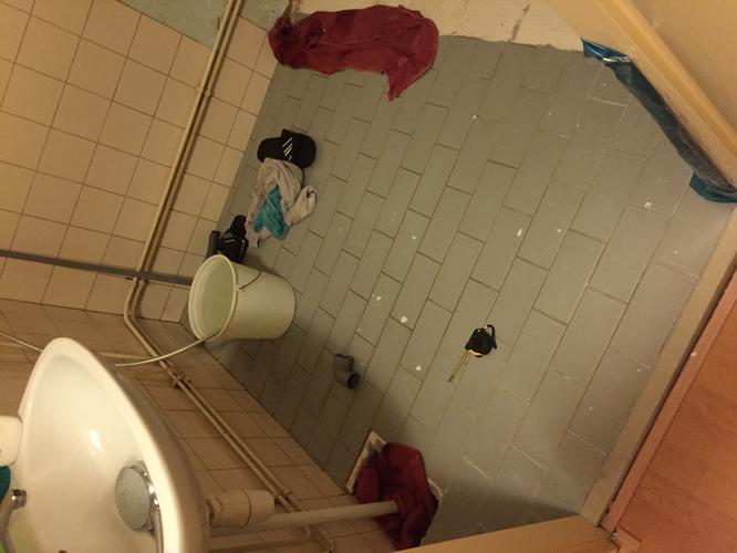 Nieuwe zand cement vloer storten badkamer van