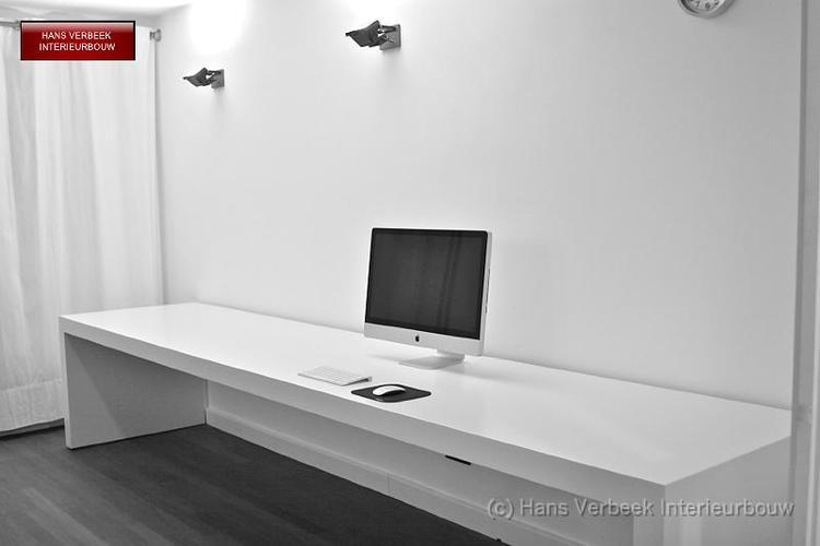 Lang smal bureau van mdf afgewerkt wit gespoten werkspot for Bureau 2 metres