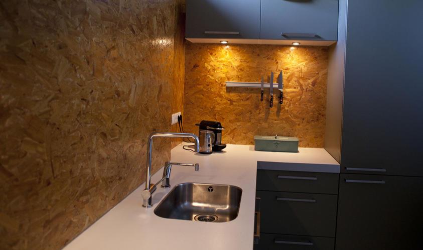 Keukenmuur afwerken met hout werkspot for Vijverrand afwerken met hout