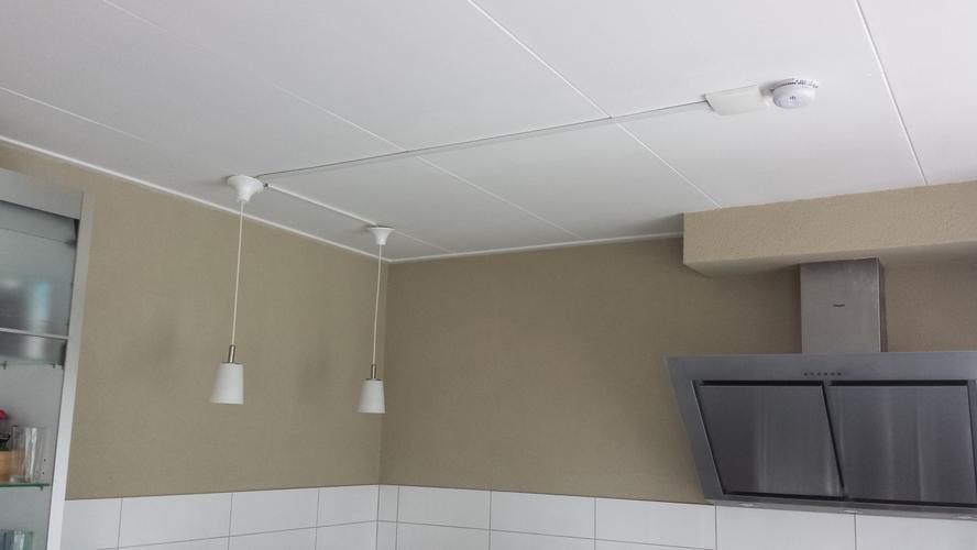 schilderen van spachtelputz muren en witten plafond werkspot