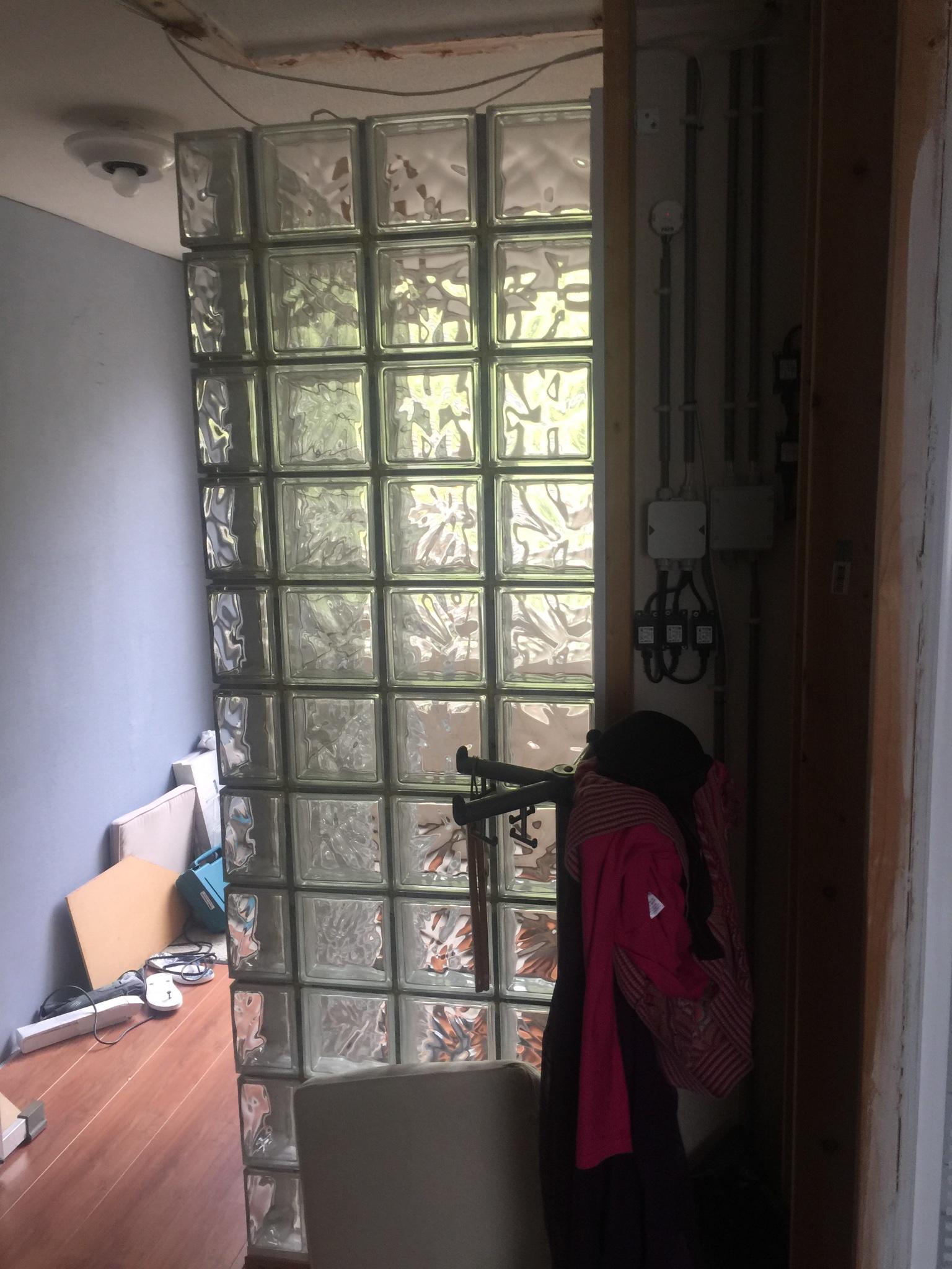 Behangen in trapgat voegen glazenbouwstenen gaten for Trapgat behangen