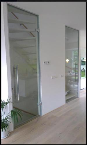 Glazen schuifdeuren plaatsen bij open trap werkspot - Glazen ingang ...