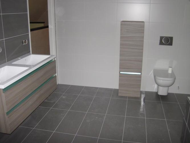 2 badkamers toilet betegelen en sanitair plaatsen werkspot - Betegelde rode badkamer ...