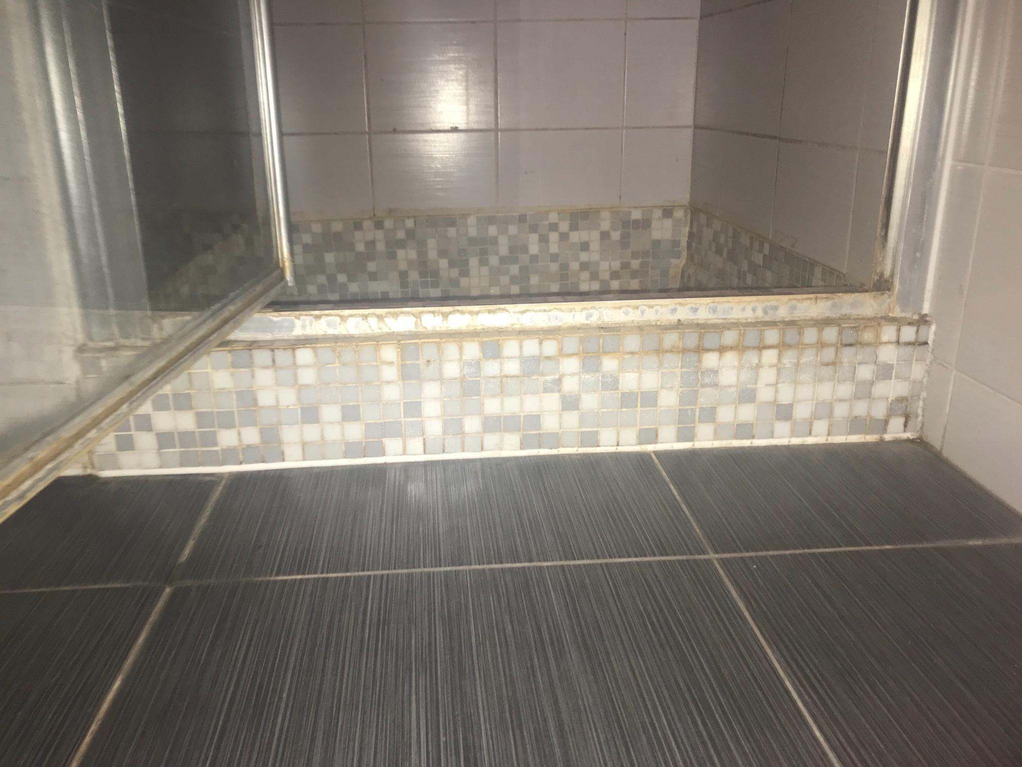 Badkamer Mozaiek Tegels : Badkamer mozaiek tegels vervangen werkspot