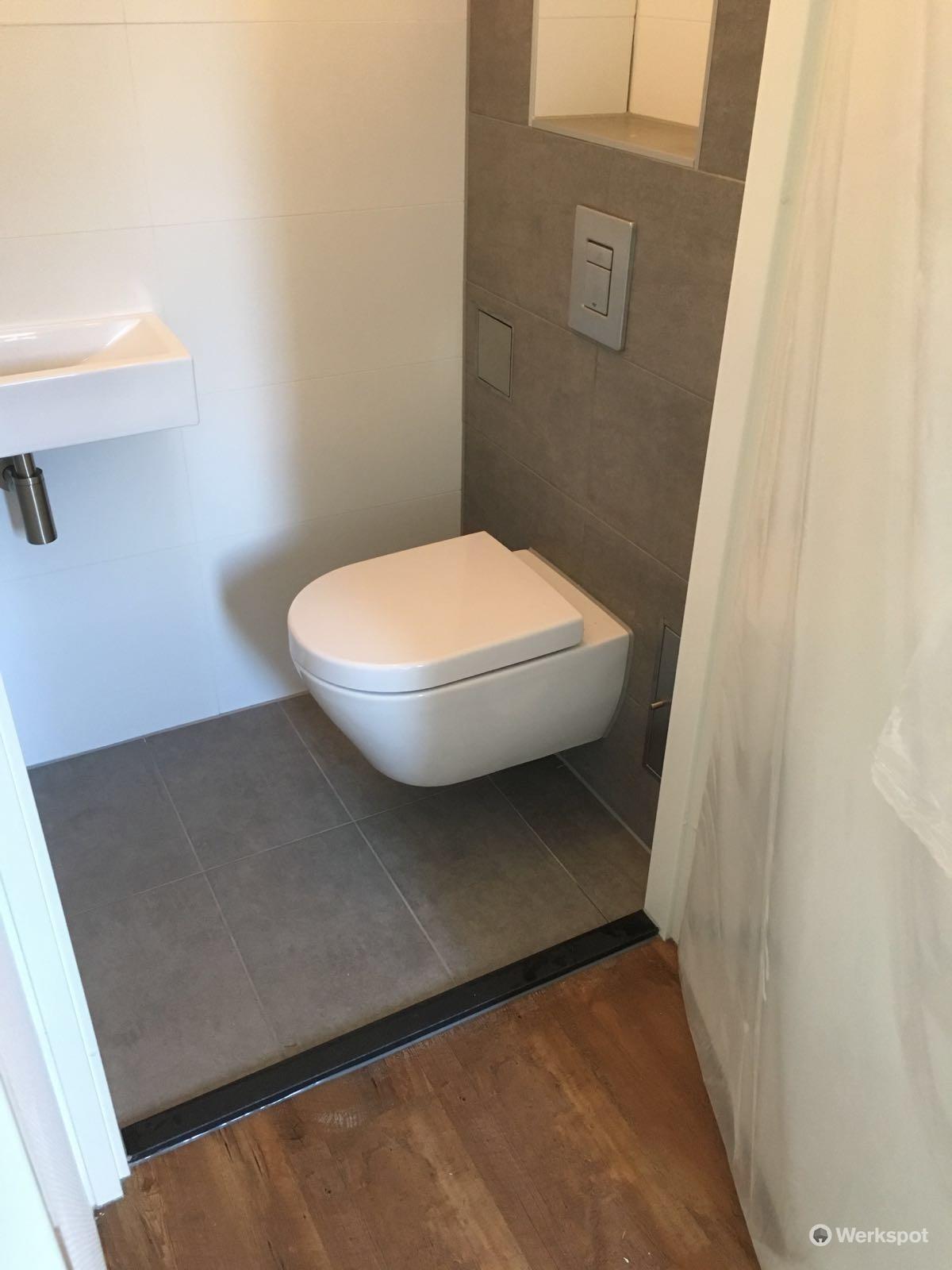 Betegelen badkamer inclusief drain plaatsen 2x toilet for Toilet betegeld