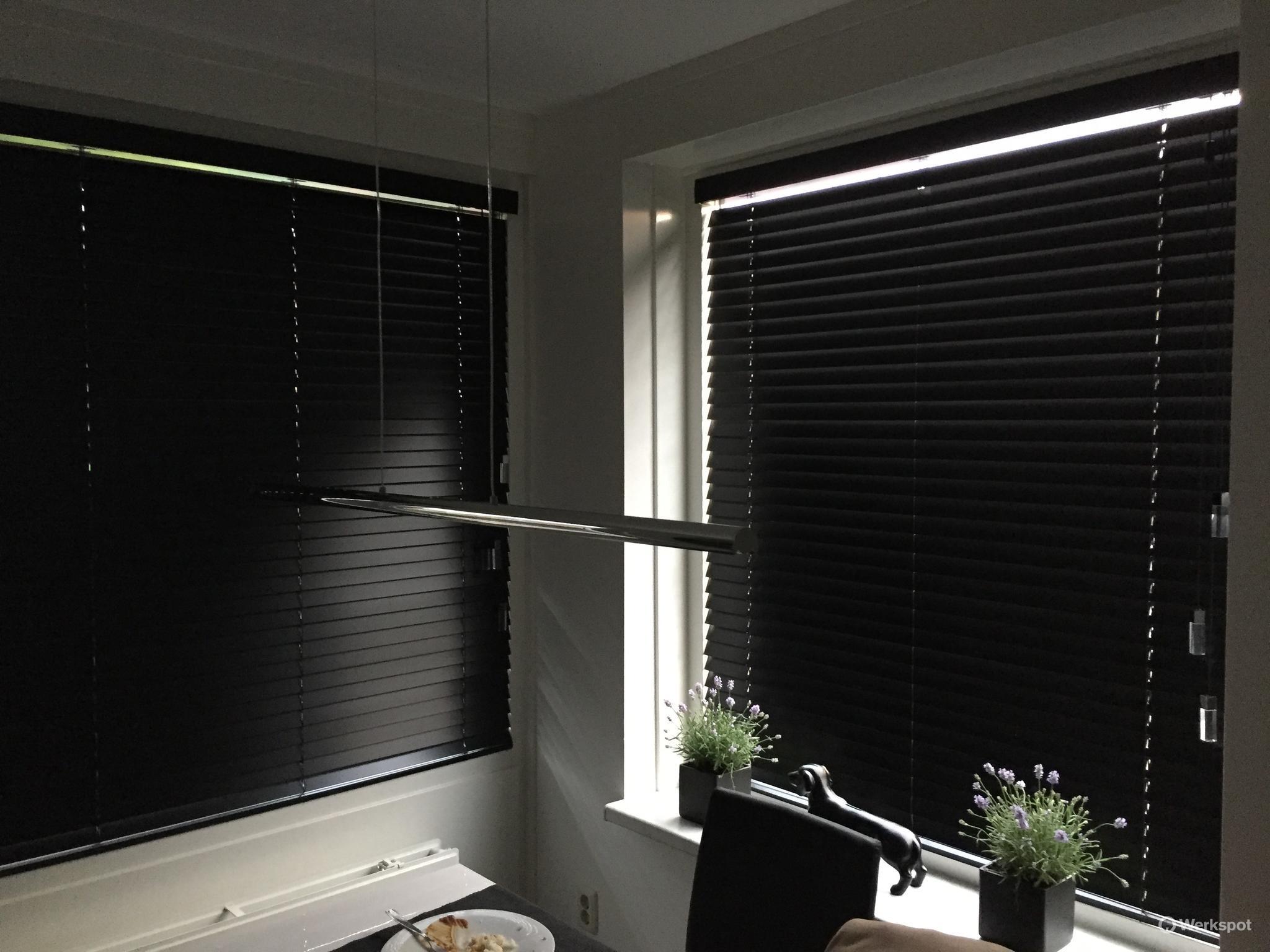 Ramen in woonkamer voorzien van mm houten zwarte jaloezieën