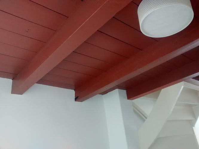 Schilderen van houten balken plafond 2 lagen grondverf en toplaag werkspot - Balken grijs geschilderd ...