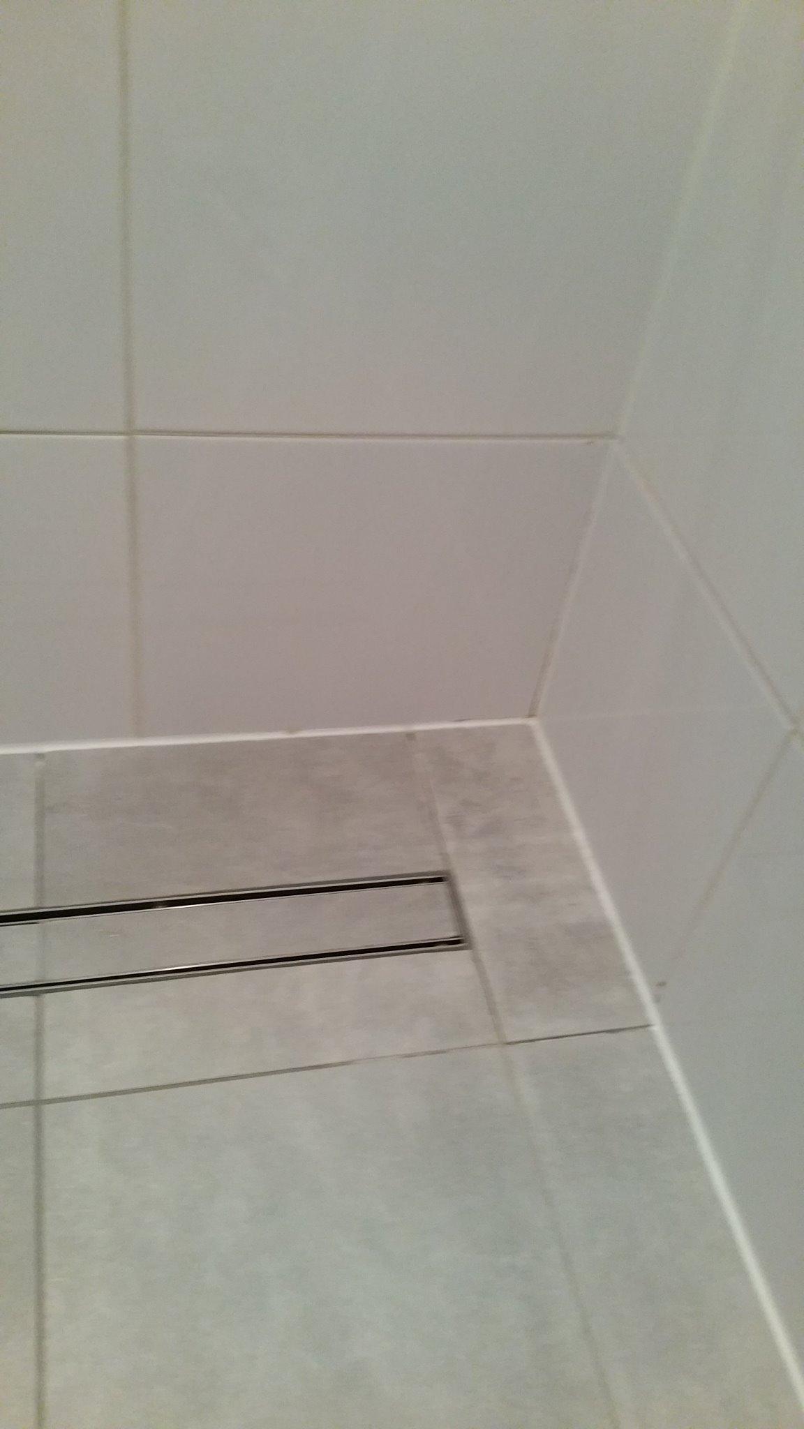 Voegwerk vloertegels en wandtegels badkamer deels opnieuw werkspot - Badkamer lengte plan ...