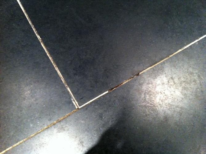 Verwijderen oude badkamer vloer en plaatsen nieuwe badkamer vloer