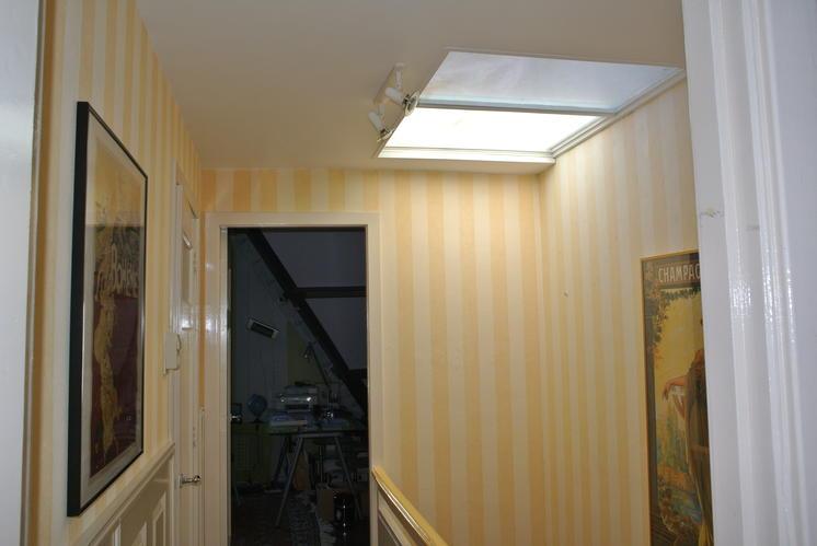 In trappenhuis behang afhalen en opnieuw stuccen werkspot