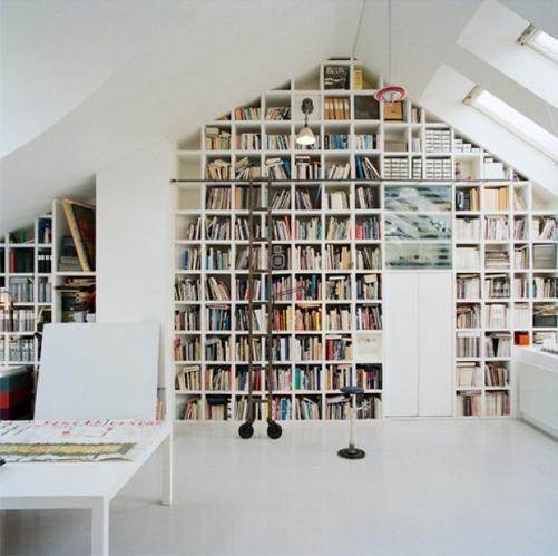 1) Boekenkast in hoge nok zolderkamer, 2) deuren in knieschottenten ...