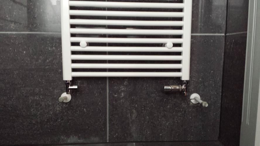 Aansluiten drukverhogingspomp Grundfos en aansluiten designradiator ...