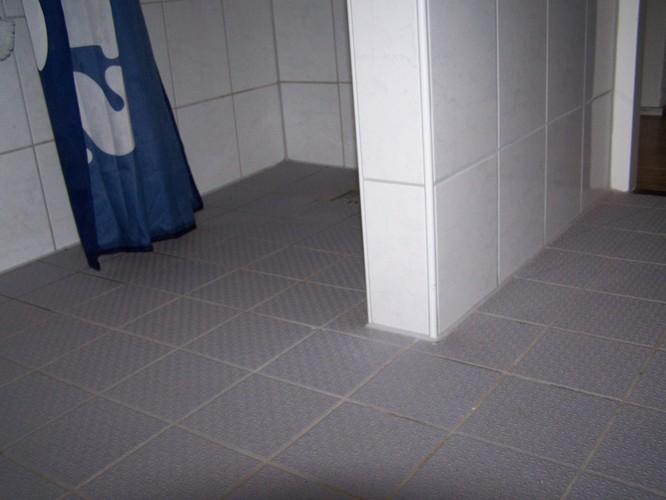 Te betegelen badkamer vloer plaatsen douchedrain werkspot for Hoe tegels plaatsen badkamer