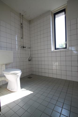 nieuwe badkamer installeren en oude slopen en afvoeren