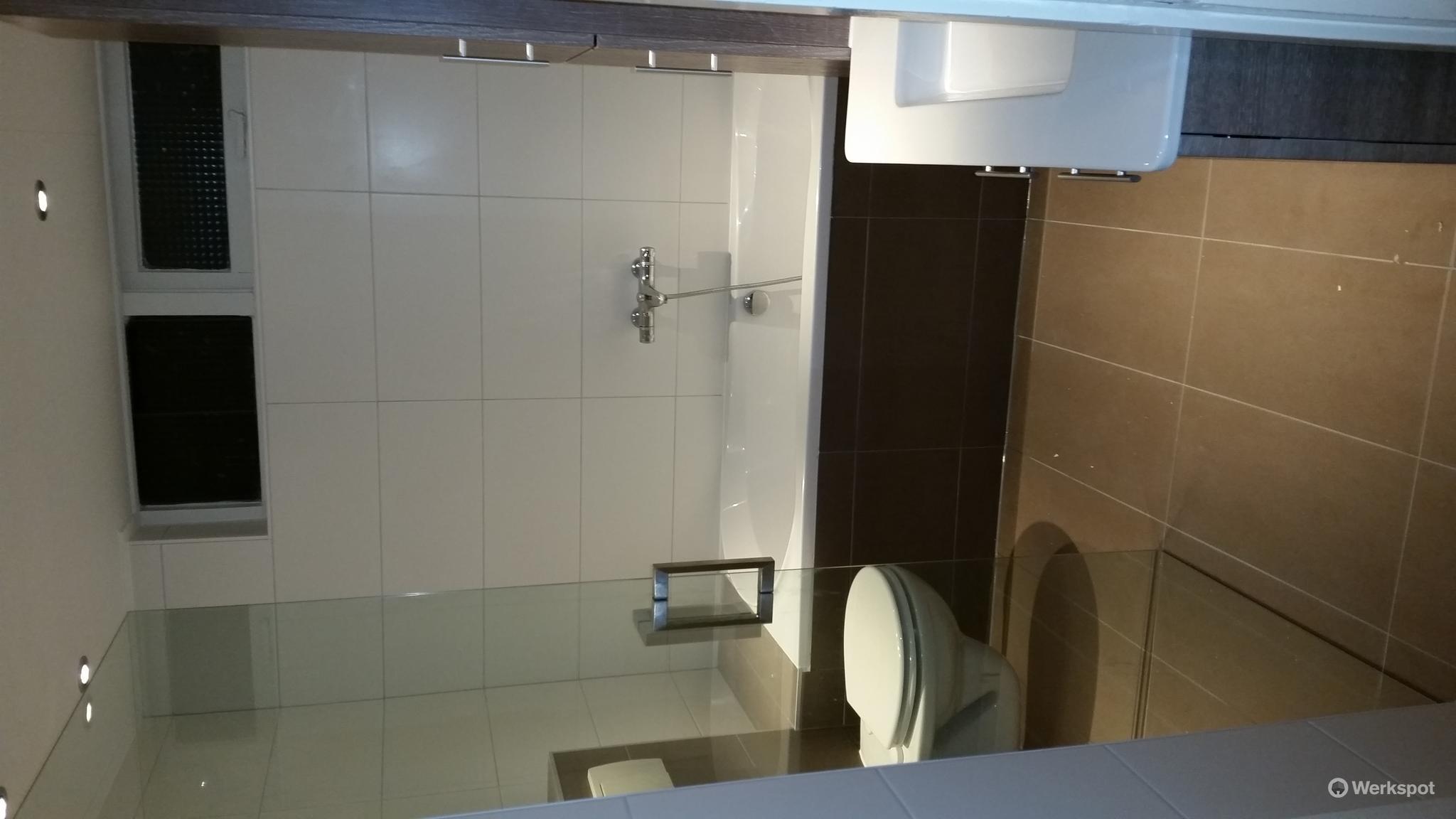 Badkamer Opnieuw Betegelen : Badkamer slopen en opnieuw betegelen werkspot