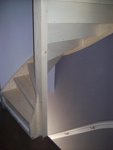 Inmeten van vaste trap naar zolder maken van vaste trap als bouwp werkspot - Trap toegang tot zolder ...