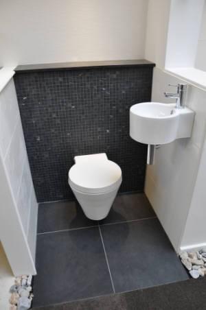 Plaatsen hangtoilet en vloer tegels aanbrengen werkspot for Tegels wc voorbeelden