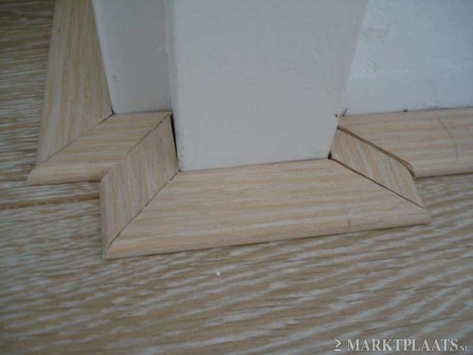 Plakplinten netjes aanbrengen om 8 deurkozijnen met vele hoekjes en      Werkspot