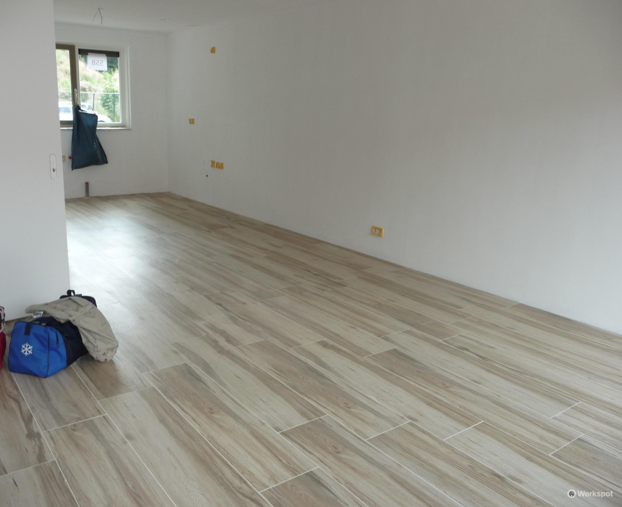 Woonkamer Op Bovenverdieping : Tegels zetten vloer woonkamer keuken bovenverdieping werkspot