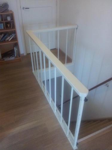 Plaatsen houten traphek balustrade rondom trapgat plus for Houten trap plaatsen