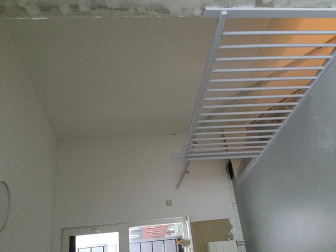 Renovlies behang afwerken met latex 2 slaapkamers for Behang trapgat