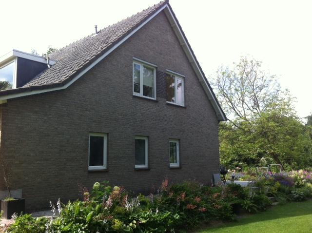 Buitenmuren van het huis wit schilderen met een grijze balk werkspot for Huis voor na exterieur renovaties