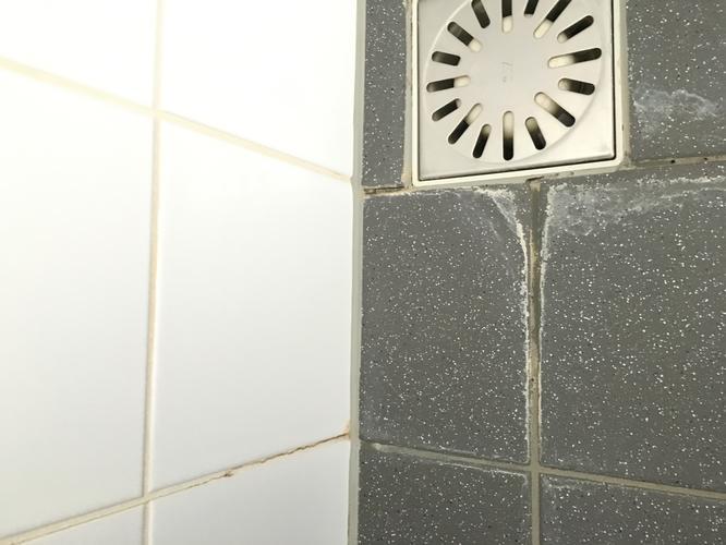 Voegen en kitten herstellen badkamer - Werkspot