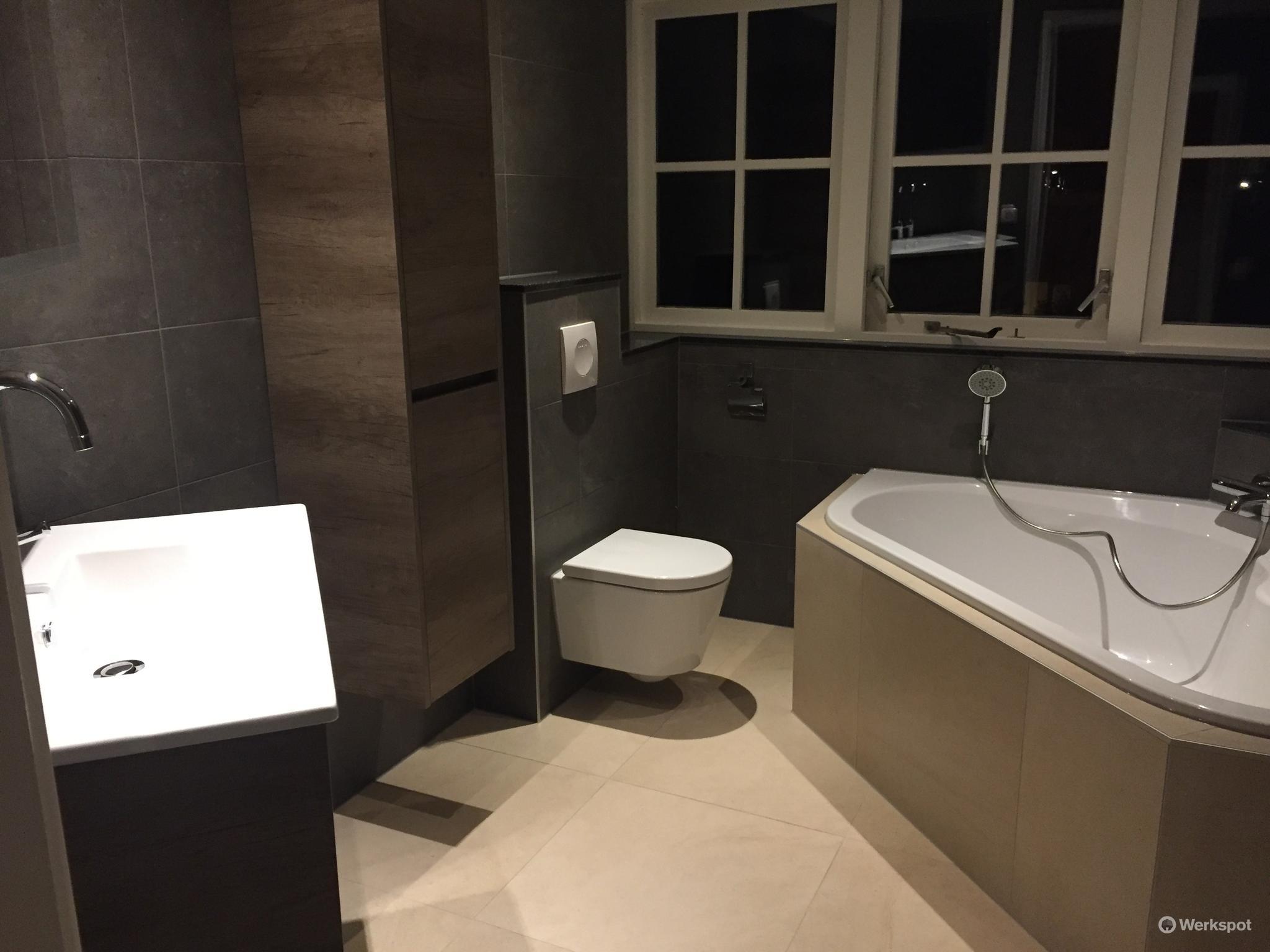 Leidingwerk badkamer plaatsen bad zwevend toilet badkamermeubel