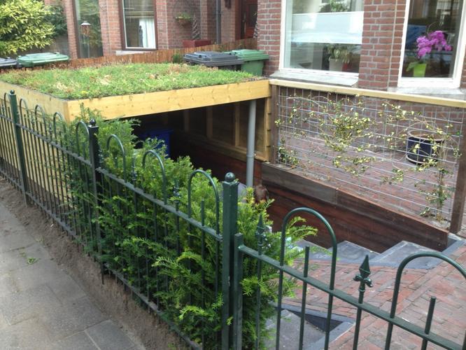 Verlaagd fietsenhok in voortuin aanleggen plus bestrating for Trap tuin aanleggen