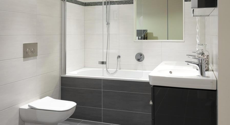 Renovatie kleine badkamer plaatsen badkuip toilet wastafel en