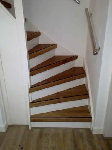 Trap renoveren met houten overzettreden werkspot - Hoe de trap houten renoveren ...