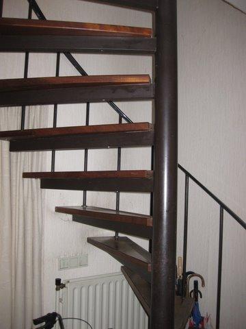 Het plaatsen van 2 dichte houten trappen en verwijderen for Houten trap plaatsen