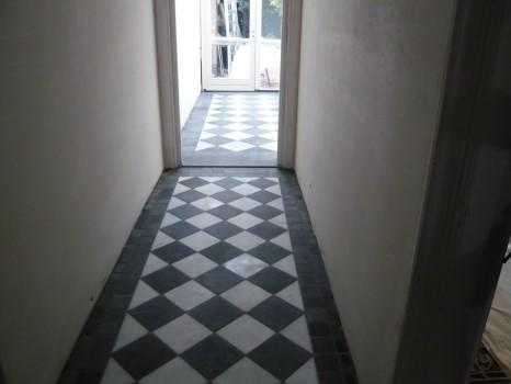Bekend Diagonaal te leggen zwart/wit tegelvloer met rand - Werkspot #KM52