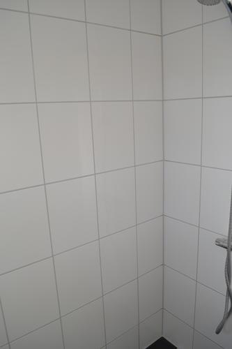 Voegen in de badkamer en w.c. herstellen. - Werkspot