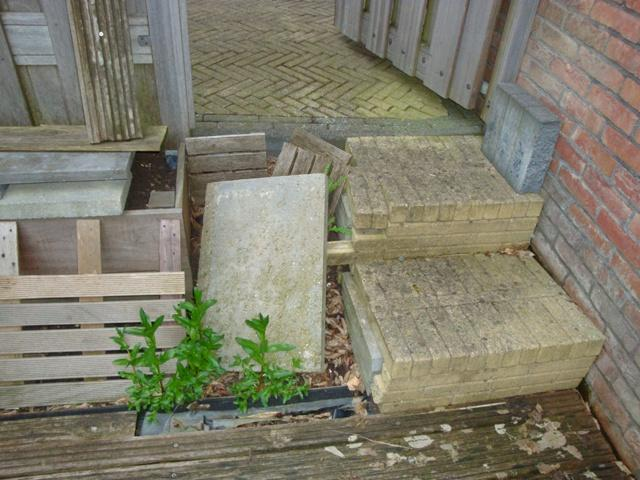 Stenen trap buiten aanleggen houten vlonder doortrekken for Houten trap buiten