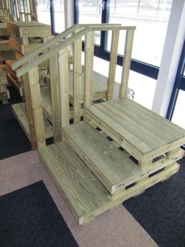 Houten opstap trap werkspot for Houten trap plaatsen