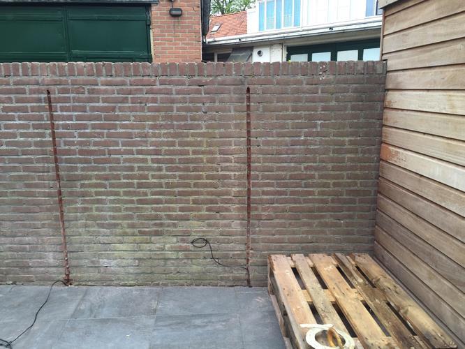Bakstenen muur in de tuin stucen werkspot - Muur tuin ...