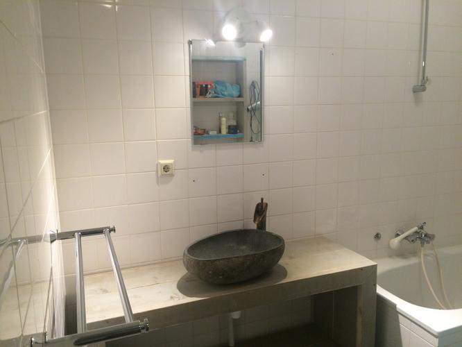 Stopcontact 50 cm naar beneden verplaatsen in badkamer - Werkspot