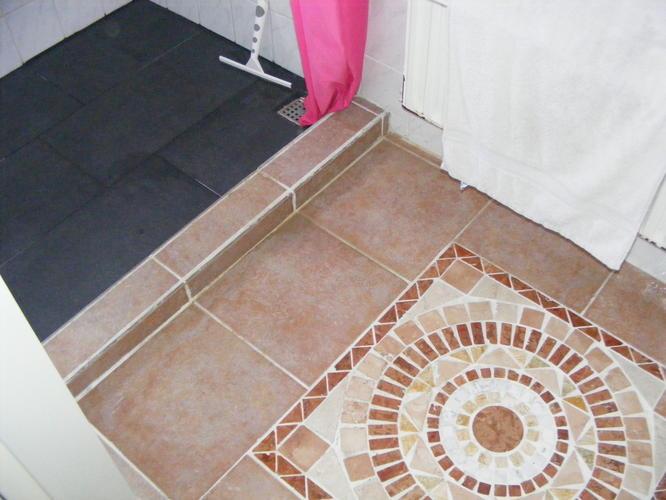 Klein vloertje betegelen in een badkamer. Incl. drempel. - Werkspot