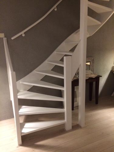 Hondenhok onder open trap bouwen werkspot for Trap bouwen