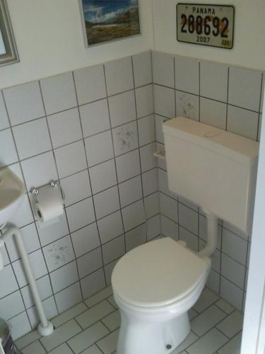 Tegels wc vervangen oude eraf halen werkspot - Wc muur tegel ...